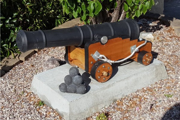Ships_cannon_with_iron_work